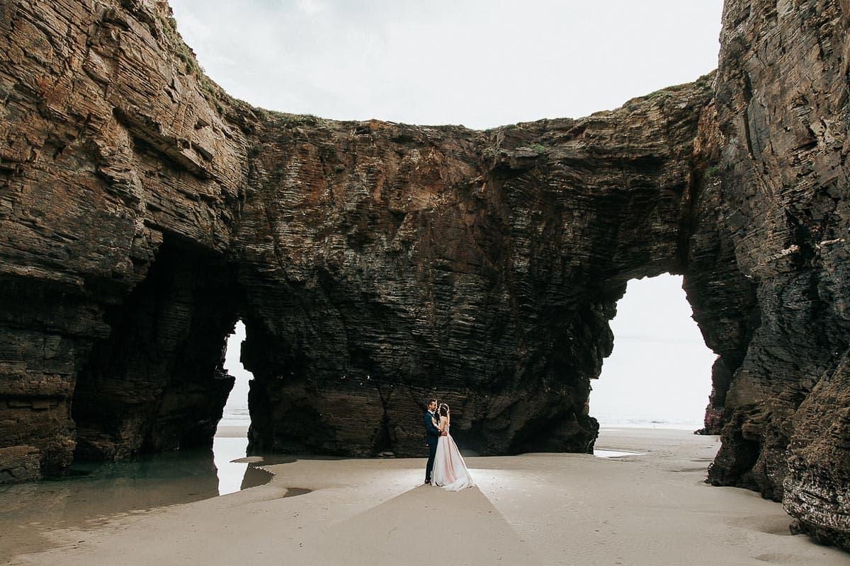 Postboda en la playa de las Catedrales Vídyka Azahar y Adrián-36